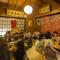 活気のある明るい店内で、沖縄料理に舌鼓を