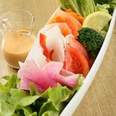 フレッシュな野菜は地元産。緑や赤や白の野菜を彩りよくバランスよく盛った『グリーンサラダ』