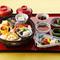 色とりどりのお料理が豪勢に並ぶ『竹かご弁当』
