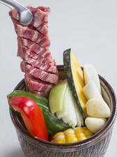 野菜、お餅も一緒に秘伝のタレに付け込んだ『壺漬けカルビ』