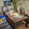 ハワイの小物や南国の植物が飾られた異国情緒漂う雰囲気の個室席