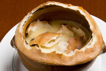 パン生地で包んで焼いたアイデア料理『きのこのスープつぼ焼き』
