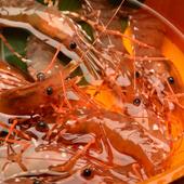 漁港直送の生きている『活ぼたんエビ』は、殻をむいてテーブルへ
