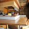 竹を使った内装にくつろぎを感じる、ゆったりしたカウンター席