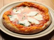 表面はパリっと香ばしく、中はモチモチ食感。自家製手こねPizza『マルゲリータ』