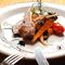岩塩とオリーブオイルでシンプルに焼き上げた『仔羊のグリル 焼野菜添え』。旬の野菜もたっぷりです