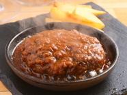 フォークで一押しするだけで溢れ出る肉汁が印象的な『ゴブハンバーグ』