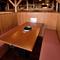 少し高めの仕切りで区切られた、個室感のあるテーブル席