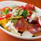 大きく切った野菜が食べがいのある『ゴロゴロ野菜とスペインサラミのサラダ』