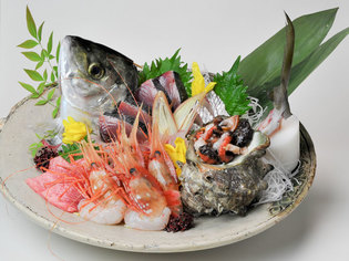 旬の魚介類を豪勢に盛り合わせた『刺身盛り合わせ』