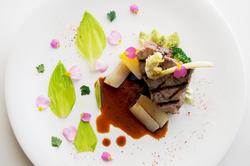 横浜や近隣の畑でとれた食材等、季節を楽しむ料理をご堪能ください。お魚とお肉がメインのフルコースです。