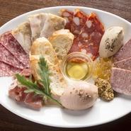 生ハム、レバームース、リエット、サラミ等と看板メニューのひとつ『田中肉屋さんのお肉のパテ』を一皿に。