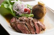 赤身と脂身のバランスがいいニュージーランド産牛肉の『The ステーキ』は、柔らかくレアがおすすめ。