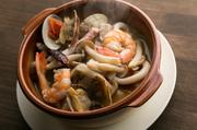 ブイヤベースと見まがう程魚介たっぷりの『アヒージョ』はスープまで美味しいイチオシメニューです。