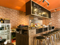 店の内装は自分の手づくり、オレンジ色が目印の石巻初のバルです