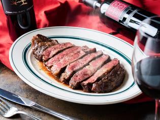 肉の旨味が凝縮されている『熟成牛・リブアイロールステーキ』