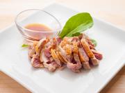冷製。軍鶏を親にもち交配した極上な肉質と旨味の大和地鶏に、シェフが一目ぼれ。シンプルに塩のみで味付けしています。本当に美味しい鶏肉の素材本来の味をお楽しみいただける一皿です。
