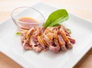 カリッと焼き上げた鶏もも肉のタタキ
