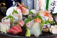 目にも鮮やかに盛られた新鮮な魚介が堪能できる『刺身盛り合わせ』