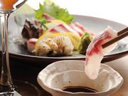 写真は2人前。旬のお魚を毎朝市場から仕入れていて鮮度抜群!日により異なるお魚が食べれるのも楽しみの一つ。京都の四季を感じられる味わいの一皿です。