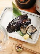 にしんと茄子とを柔らかくなるまで炊き上げた、おたがいの美味しさを引き立て合う『にしん茄子』。京都ならではの「おばんざい」、ホッと癒されるおふくろの味です。