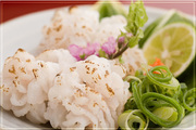 今のシーズンでは主に瀬戸内海の淡路産、または徳島県産の鱧を使用しております。食感を楽しんで頂く為、ご注文頂いたその場で調理させて頂きます。事前予約にはなりますが、鱧のお鍋もご用意致します!