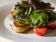 『フォアグラ、いちご、鶏の砂肝コンフィと自家菜園のサラダ』