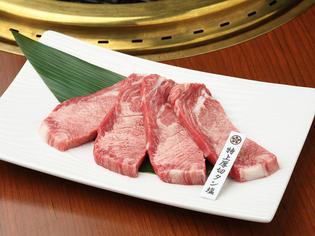 ステーキ風に肉厚にカット。「タン」の旨みを堪能してください