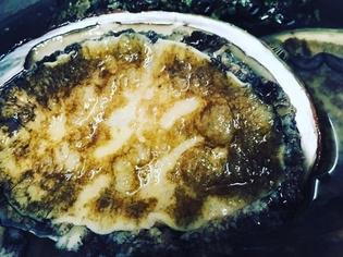 旨味を引き出すためじっくりと煮るアワビは自慢の一品です
