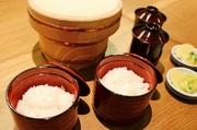 昔ながらの羽釜を使い強火で短時間で炊くことで、お米本来の味を引き出すことができます。最後の締めに、炊き立てご飯の味をお楽しみください。香川県綾川町の「山田米」を使用しております。 ※二人前より承ります