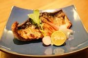 炭火でじっくりと焼くことで、パリっと香ばしくふっくらとした食感に。魚の脂が炭に落ちて生じる薫香と共にお楽しみください。