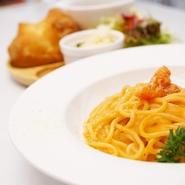 ハーブを食べて育ったハーブ鶏のチキン南蛮に、黒酢ベースのソースと平飼い卵のタルタルソースをたっぷり添えています。