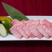 サシが綺麗に入った『特上カルビ』 やわらかい霜降り肉は、肉そのものの旨みが濃厚で、極上の味わい