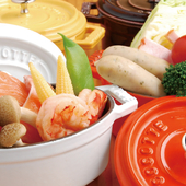 旬の野菜や、豚、鶏、牛ホルモンなど厳選食材を使用した「ストウブの蒸し鍋(ココット)料理」各種