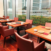 大人カップルのデートにおすすめ。東京を一望できるテーブル席