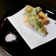 三鷹市の農家から直接仕入れた野菜を使用「季節野菜の天ぷら」