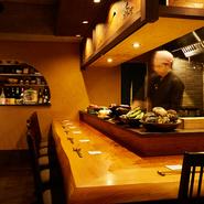 ダウンライトが醸し出す落ち着いた大人の雰囲気漂うカンター席。開放的なオープンキッチンとなっており、料理人の手仕事をライブ感覚で楽しめます。一人で来店するお客も多い、人気の特等席です。