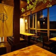 一面が大きなガラス窓となっており、広々とした開放感にあふれる店内。昼は明るい自然光が入り、夜は夜景が望めます。ゆったりと座れる心地よい椅子に腰かけ、大切な人と素敵なひとときを過ごせるお店です。