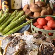 季節ごとに味わえる美味しい食材を選りすぐっている【一穂】。3~5月は島根県隠岐の島の岩牡蠣や特大ハマグリ。6月からは、『鮎の炭火焼き』など、その時期最も美味しい旬の味を堪能できます。