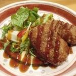 カツオの厚削りを使用した和の風味があるこだわりの出汁を使用。お肉は別名バームクーヘン豚とも呼ばれる蔵尾ポーク。素材が活きるあっさり薄味の出汁と相性抜群◎