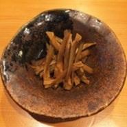 京都の地鶏「京赤地鶏」を炭火で焼き上げています。シンプルに藻塩とブラックペッパーで味付けされており、上品な鶏の甘味と旨みを感じられる一品です。