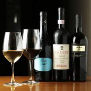 イタリア、フランス、チリ、南アフリカなど世界各国から厳選したワインが充実。メニューに載っているのは約半分ほどなので、興味のある方はぜひお声掛けを。『カールズバーグ生』が飲めるのもうれしい。