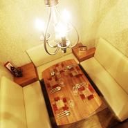 温もり感じるアイボリーを基調にし、シャンデリアの灯りと間接照明が、心地よい空間をつくる個室席。接待や記念日のお祝いなどにも最適な落ち着ける場所です。4種類あるコース料理も人気です。