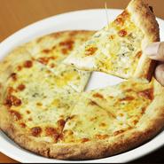 店主こだわりの4種のチーズがとろけるピザに、甘いハチミツをかけて食べるピザ。ゴルゴンゾーラやブルーチーズなどクセのあるチーズには、はちみつがピッタリ。
