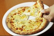 デザート感覚で楽しめます『4種のチーズピッツァ ハチミツを添えて』