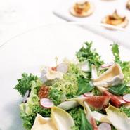 気軽に楽しめるランチコース、パスタ2種と肉&魚料理のボリューム満点のディナーコース。アラカルトメニューも充実しているので、いろいろな食事の楽しみ方ができます。地元岡山の食材の美味しさも伝えます。