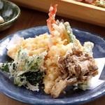 厳選された食材を使った天ぷらを味わうランチ会席。女子会・同窓会・ご法要・顔合わせ等、各種ご宴会幅広くご利用下さいませ。 3種類の高級油をブレンドし、衣に工夫を加えた香ばしい江戸前天ぷらをご堪能下さい。