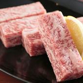 洋食屋での修業経験を活かし、肉のカットの仕方にも一工夫