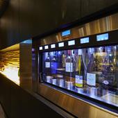 プレミアムなワインもグラスで味わえるのが魅力。美味しさを堪能