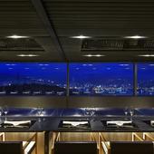 豪快に調理される料理と煌めく夜景が感動のあるディナーを演出